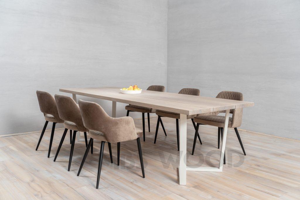 Table en chêne pour 3 lamels avec des pattes en métal blanc