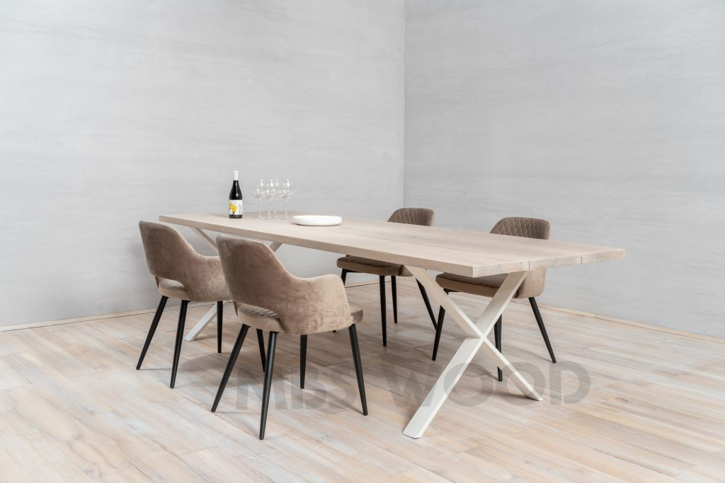 tables en chêne recouvertes d'huile blanche